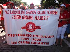 MULHERES COLORADAS NA MARCHA DO CENTENÁRIO