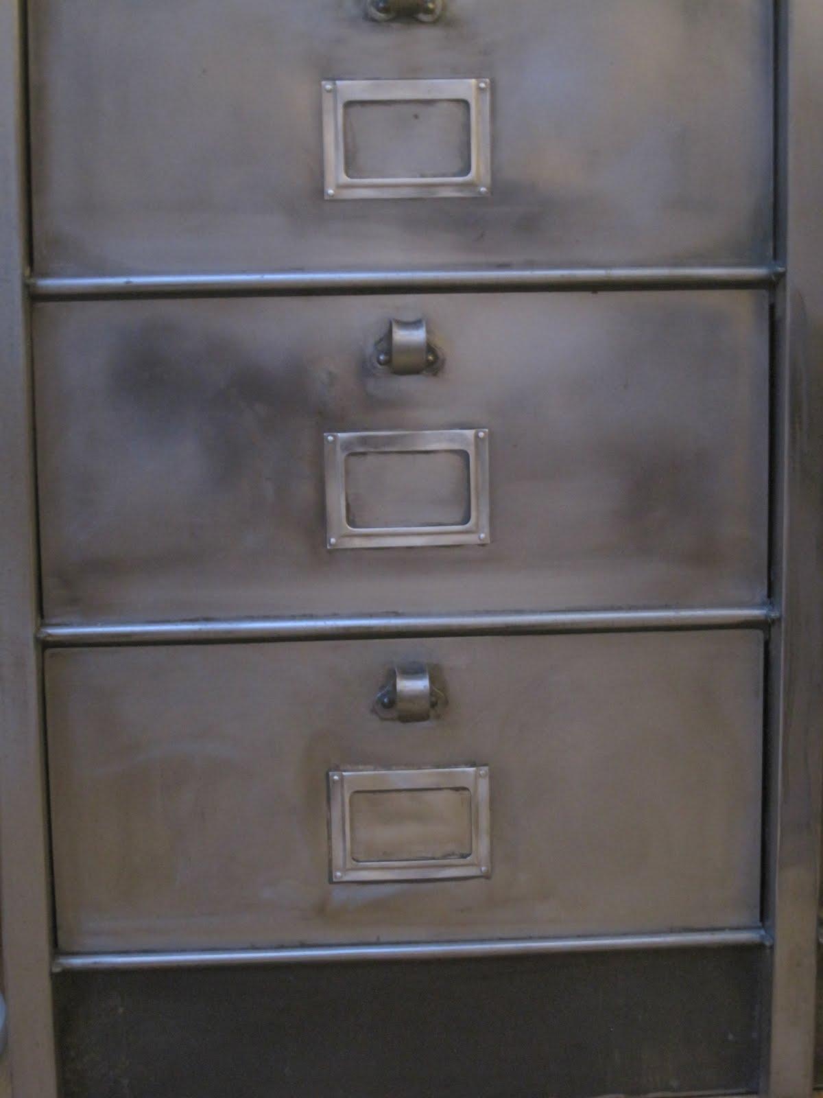 Le loup rose la vanille armoire m tallique clapets - Armoire metallique ancienne ...