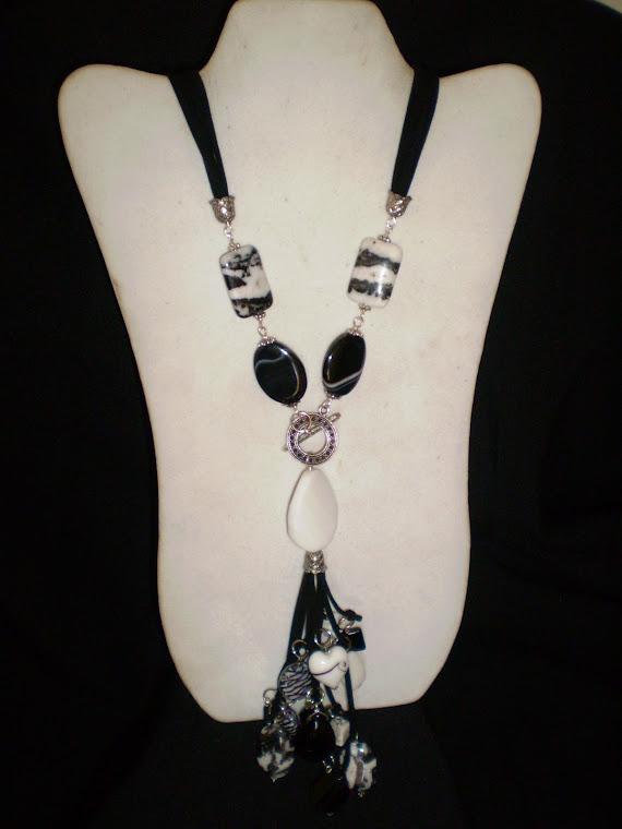 C08090 Collar en Gamuza, Onix, Murano, Cuarzo con aplicaciones de Pewter