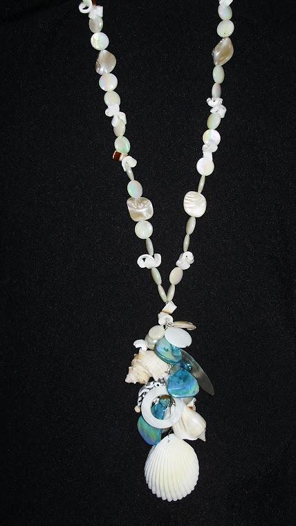 C09099 Collar largo elaborado con Madre Perlas, Caracoles, Nacar, Perlas y Concha y Aretes.