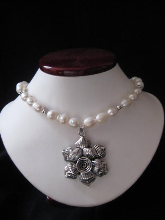 C10093 Collar de Perlas y Flor Pewter + Aretes.