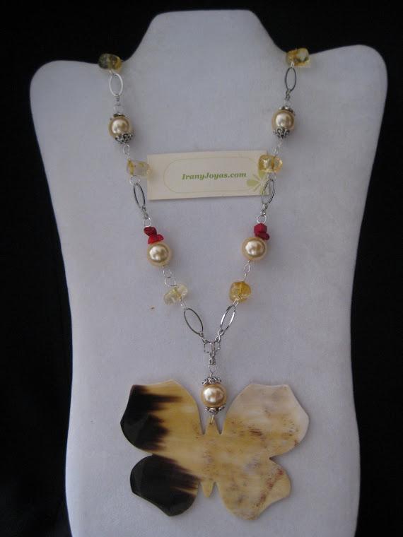 C10092 Collar Perlas, Cristales, Coral y Mariposa de Cuerno.