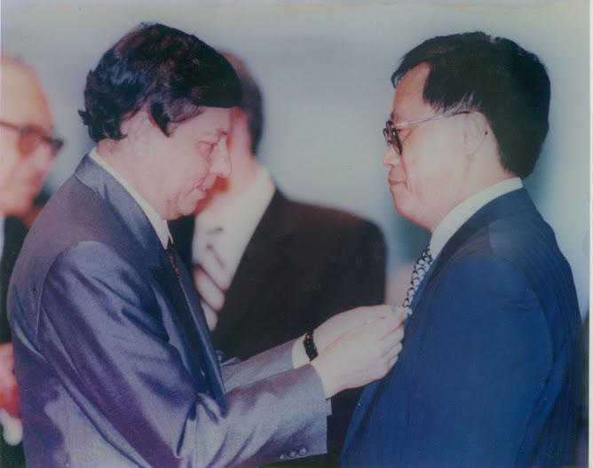 黎奕生(右)接受葡國澳門政府授勳留影