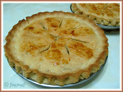 Apple Pie with green apples and raisins filling, ready to be served. Good for 8-12 servings