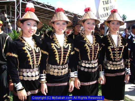 Terdapat juga perbezaan dari segi pakaian mengikut daerah residensi atau  mukim kediaman Antara subetnik Kadazandusun ialah Murut. Murut ini juga  mempunyai ... 99abd2a271