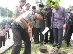 Kapolda Kaltim Tanam Pohon Ulin Perdamaian - Tarakan Borneo
