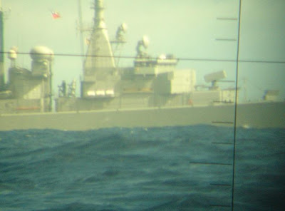 Submarino peruano BAP Arica U-209 observando por su periscopio a la fragata Latorre