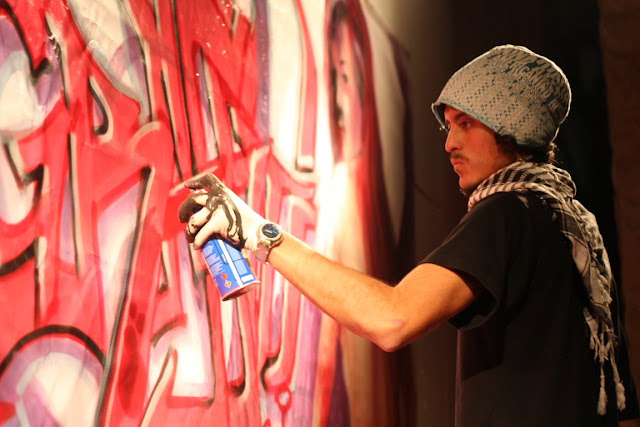 izak pintando graffiti en vivo, chile