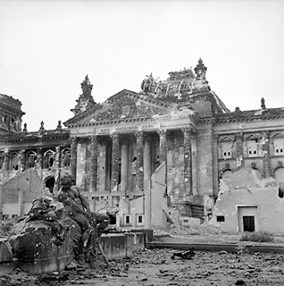 Reichstag after the allied bombing of Berlin Berlín. La transformación de una ciudad