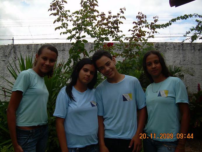 Grupo de teatro 8º ano amarelo