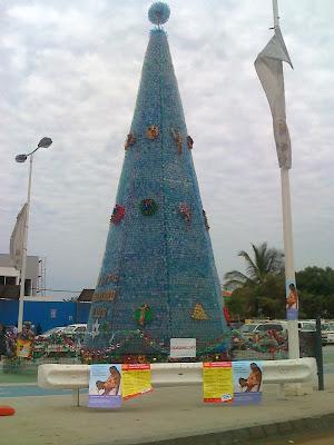 http://3.bp.blogspot.com/_zIw_sOlvv3w/SzpiO2VzPYI/AAAAAAAAC_o/lOGju2yhswA/s400/%C3%81rvore+Natal+em+garrafas+de+pl%C3%A1stico-+Luanda+2009.jpg