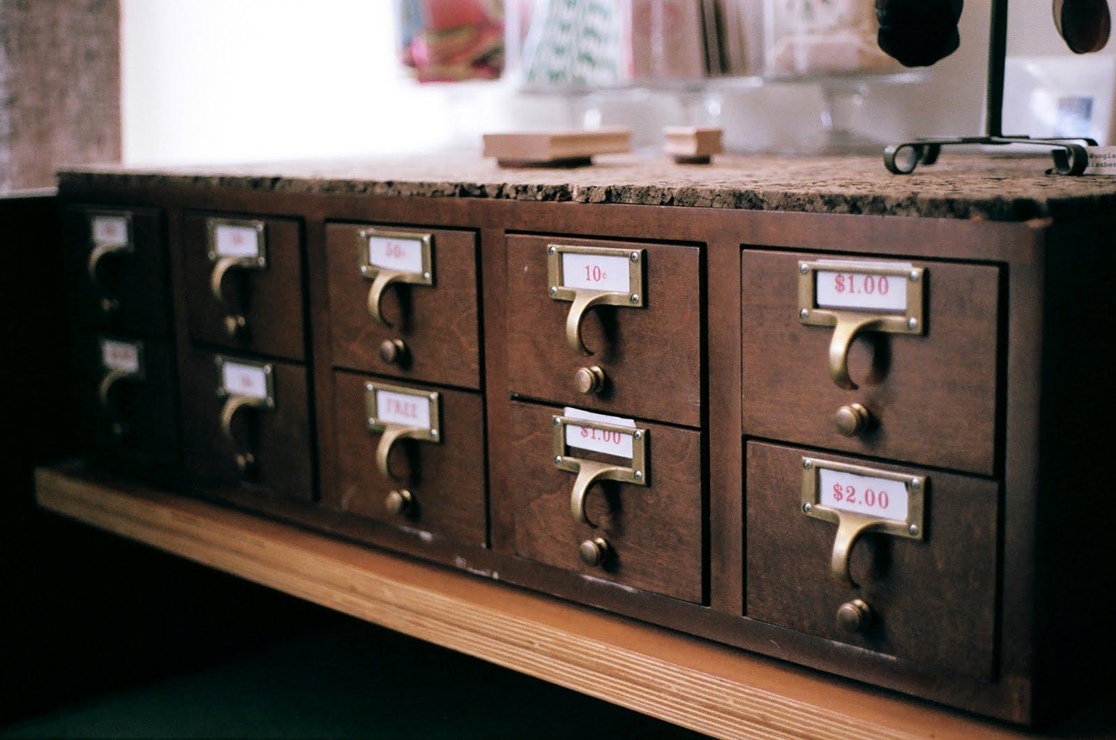 http://3.bp.blogspot.com/_zJ6zdRxnutQ/TJFasAhnA3I/AAAAAAAAFSo/f55E37Kim7c/s1600/curiosity+drawers.jpg