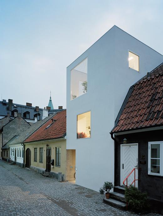 Casa moderna adosada entre edificios antiguos deco for Archi in casa moderna