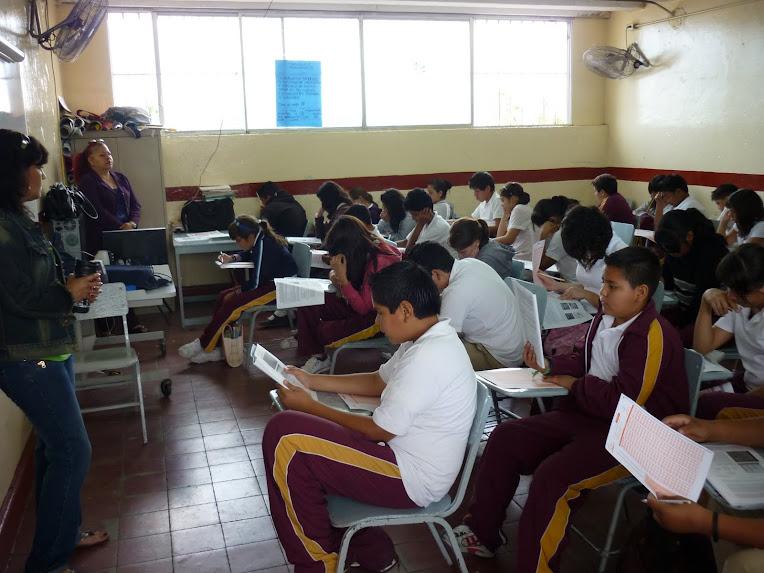 Madres de familia participando en prueba ENLACE