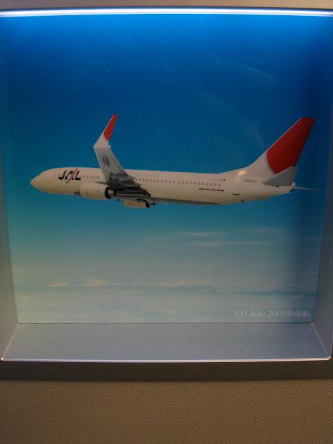 Japan Airlines (JAL) Sky Gallery 777-300ER (773) on JL061, Boeing 737-800