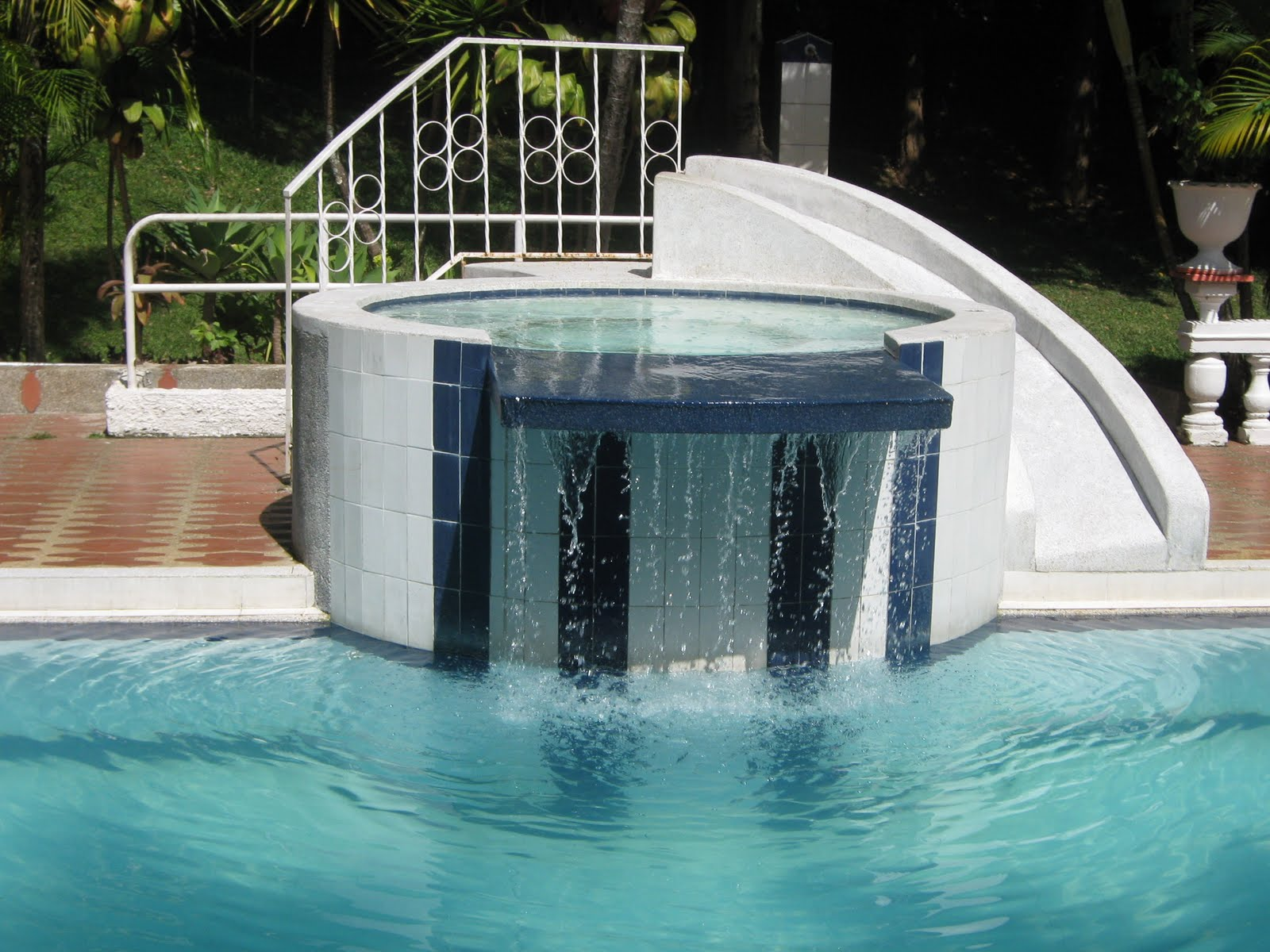 Zwembadenonderhoud modelos de piscinas for Modelos de reposeras para piscinas