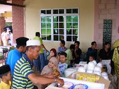 1430/2009 Abang Khir sibuk memeri Ice-Cream kepada anak cucu.