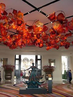 大堂的天花紅色玻璃吊飾很搶眼,喜歡!