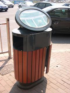 垃圾桶上有地圖指示附近公廁位置