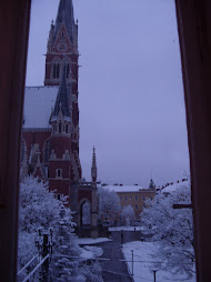 Besneeuwde kerk in midden maart