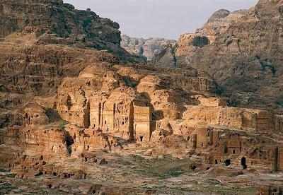 Antigua ciudad de Petra en Jordania, esculpida en roca