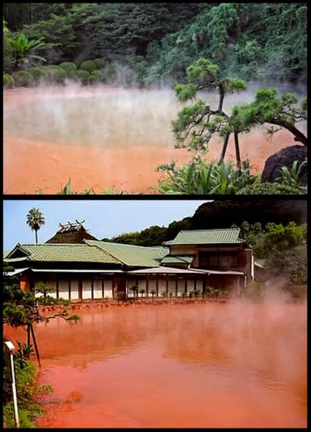 Estanque de agua termal roja en Japon
