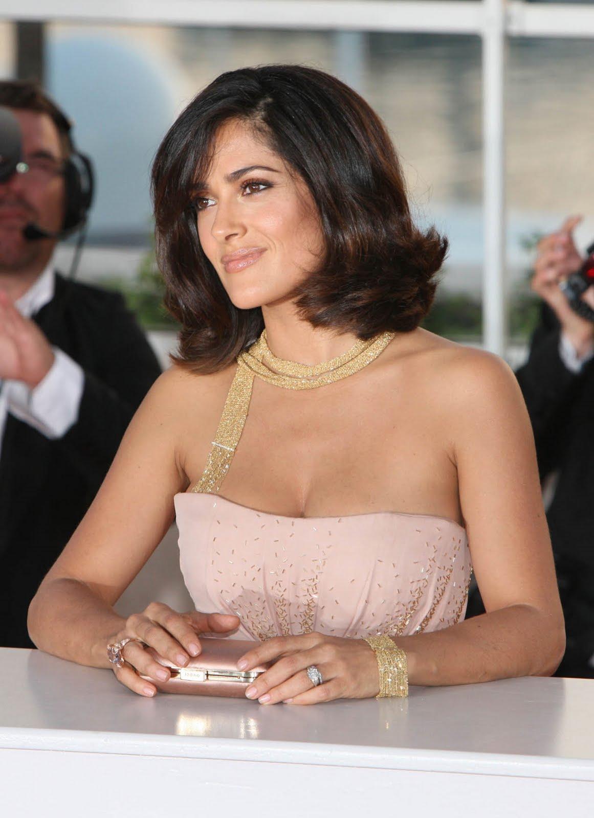 http://3.bp.blogspot.com/_zbsfJpJk1lA/S_sAJ-DuZ4I/AAAAAAAALE0/Qn45m1nBEM8/s1600/salma_hayek_pink_cleavage_8.jpg