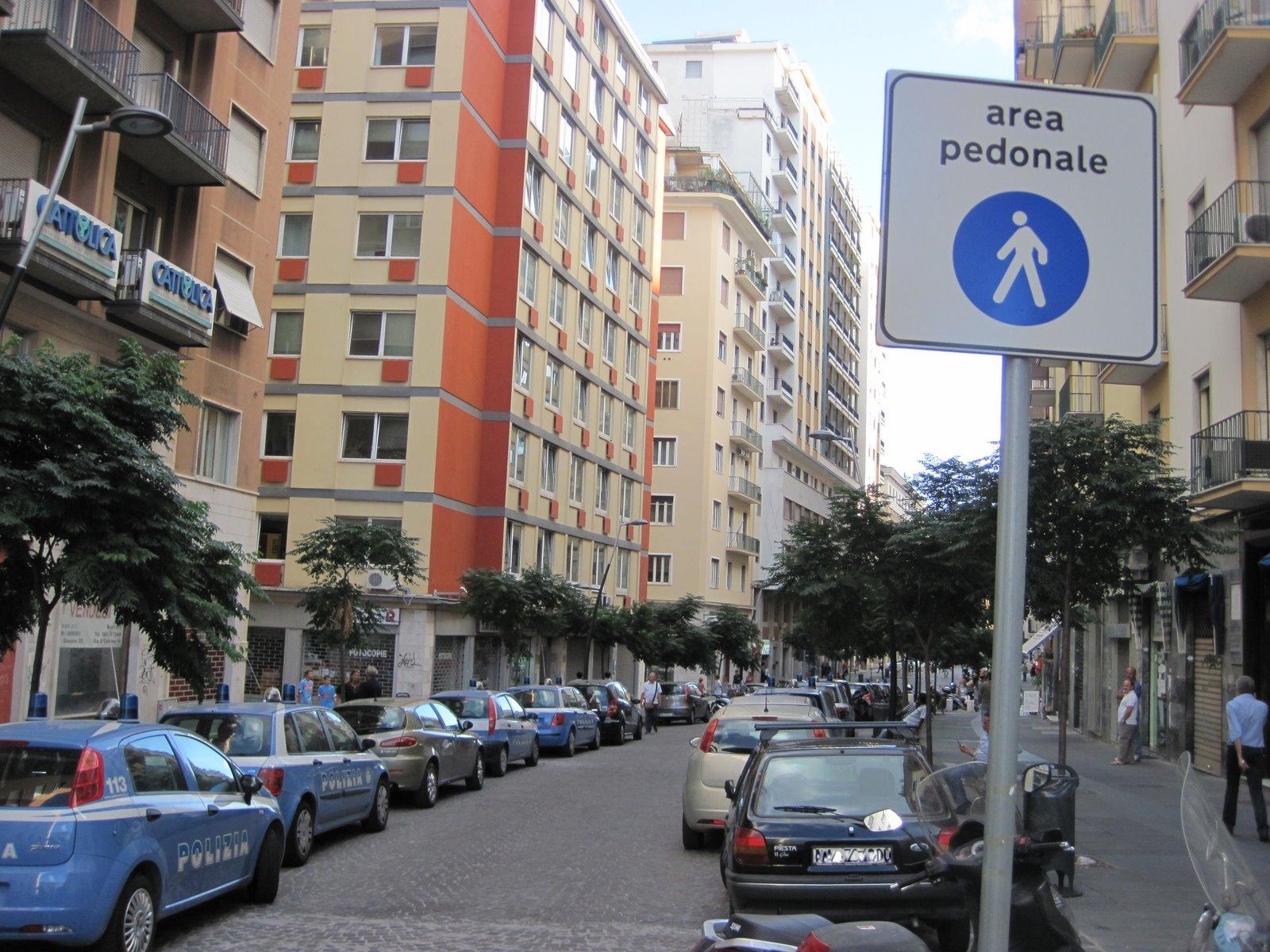 L isola pedonale che non c ¨ in pieno centro di Napoli via Guantai Nuovi invasa dalle auto di polizia e uni cittadini