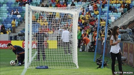 The end zone friday hot sara carbonero distracting spain goalie sara who was voted worlds sexiest journalist 2009 has been dating spains goaltender for a year the spanish team is supposed to be in south africa sans voltagebd Image collections