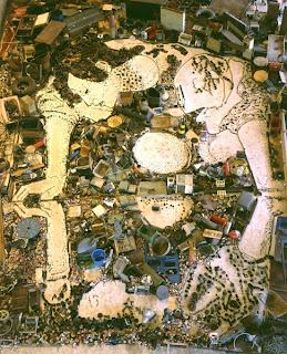 Lixo e poeira para compor a arte.