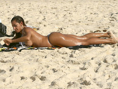 Alessandra Mattos faz topless na praia