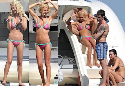 Tara Reid troca carinhos com o namorado em passeio de barco