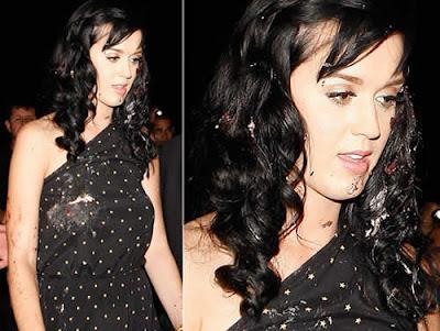 Katy Perry lambuzada de bolo