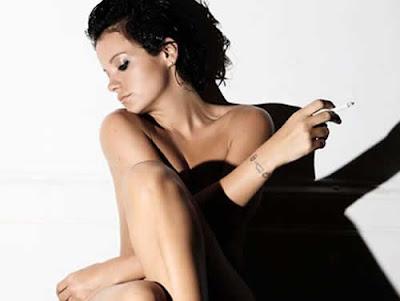 Só de calcinha: Lily Allen em ensaio sensual