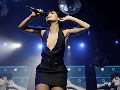 Lily Allen: Vestido preto decotado nada comportado