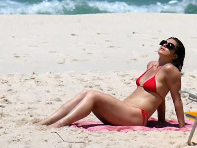 Letícia Spiller: Biquini vermelho na praia da Reserva