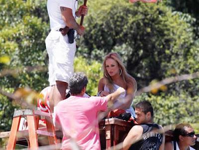 Vestido sensual de Claudia Leitte em video clipe