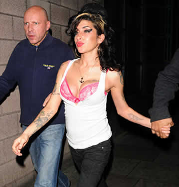 Amy Winehouse mostrando sutiã