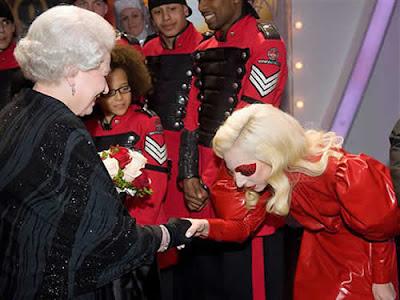 Lady Gaga e Miley Cyrus encontram rainha da Inglaterra Elizabeth II