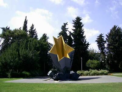 אמנות, טלאי צהוב פסל