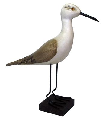 ave tallada a mano sobre pedestal