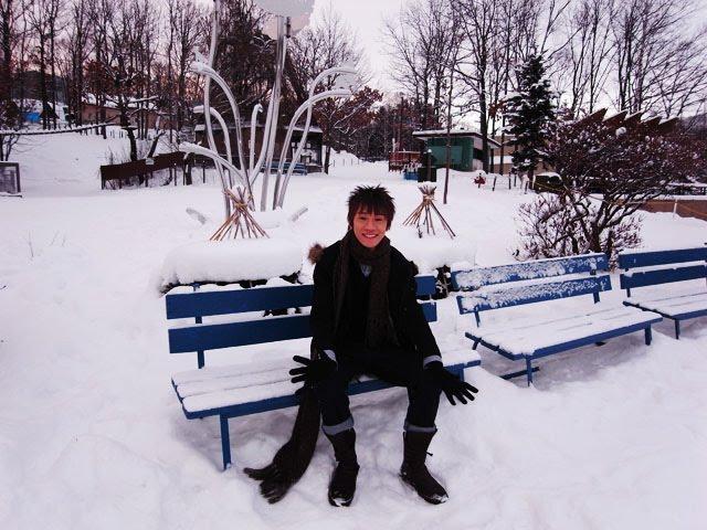 难 忘 他 初 次 抱 着 我 。难 忘 北 海 道 白 雪 纷 飞 。