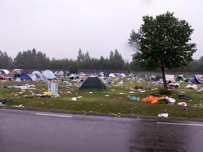 Resterna efter en festivalcamping.