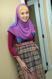 Dhini Aminarti pakai Jilbab merek terbaru