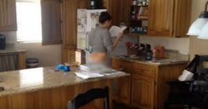 Τράβηξε κρυφά video την γυναίκα του στην κουζίνα και τρέλανε το διαδίκτυο