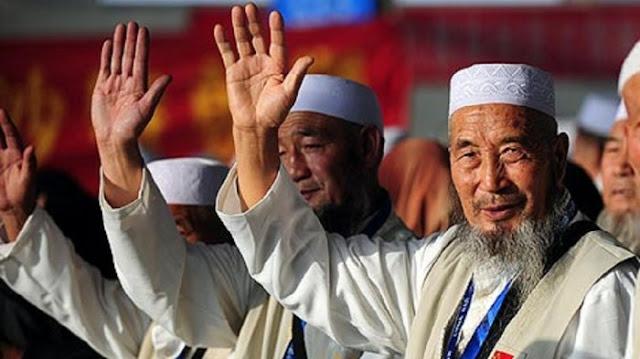 Usai Tawaf Wada, Jamaah Haji Cina Berjalan Mundur agar Tak Membelakangi Kabah
