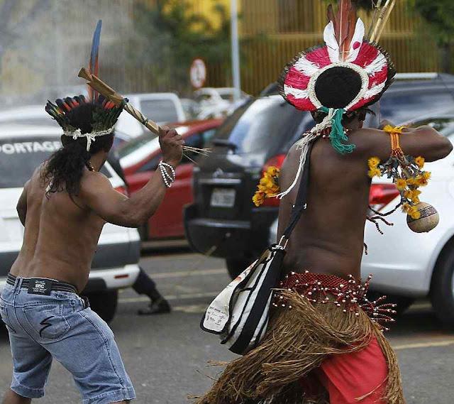 Agitadores indígenas atacam a policia, diante do Congresso em Brasília