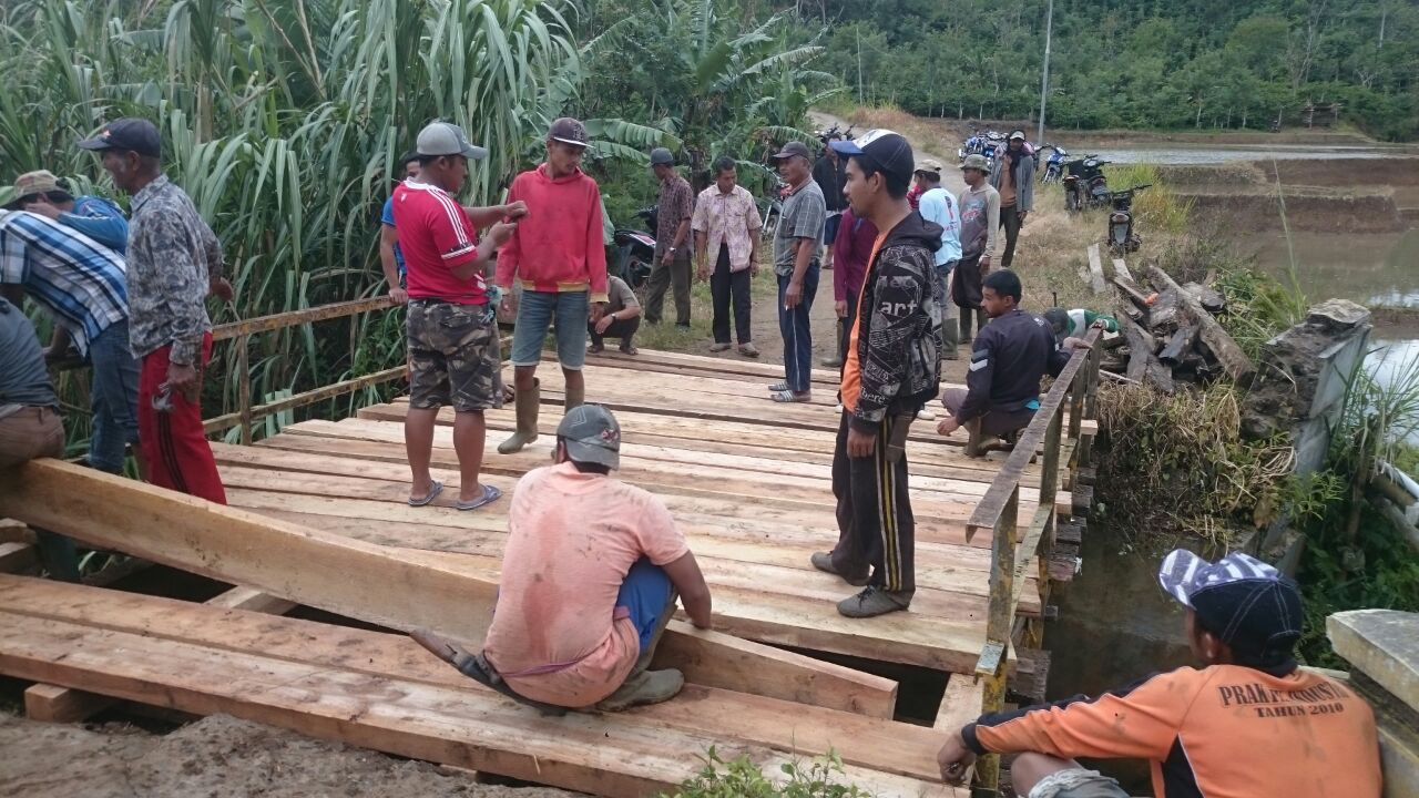 Warga Trimulyo Swadaya Perbaiki Jembatan