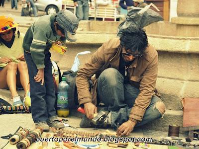 Realizando oficios en las calles de Potosí, Bolivia.