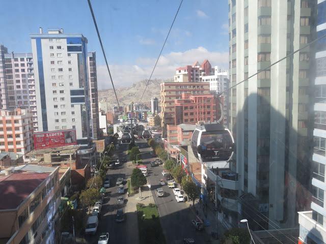 Nahverkehr in La Paz hoch über den Straßen